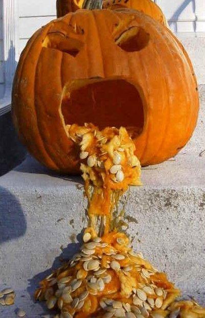 Ein Halloween-Kürbis ist so geschnitzt, dass er zu kotzen scheint.