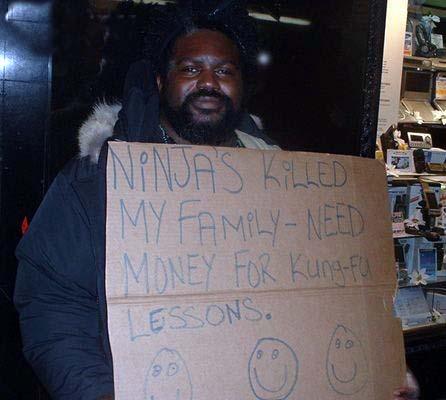 """Ein Mann mit einem Schild """"Ninjas killed my family. Need money for Kung-Fu-Lessons""""."""