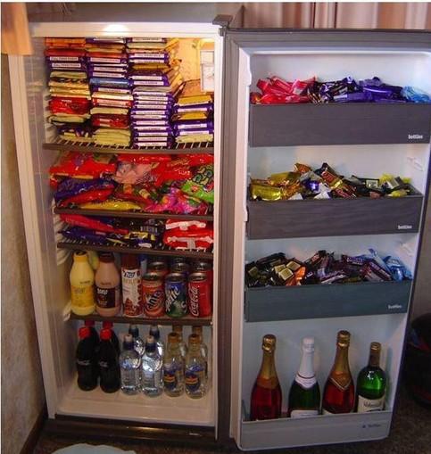Ein Kühlschrank ist vollgestopft mit Süßigkeiten.