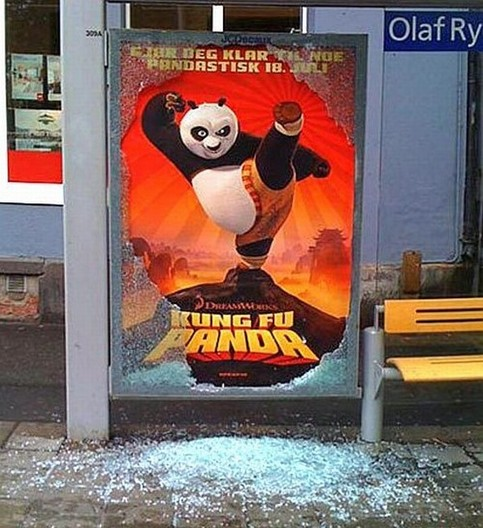 """Ein Werbeplakat für den Film """"Kung Fu Panda"""", dabei scheint der Panda auf dem Plakat die Scheibe eingetreten zu haben."""