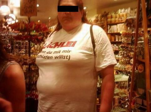 """Eine dicke Frau mit einem T-Shirt: """"Lächle wenn Du mit mir schlafen willst"""""""
