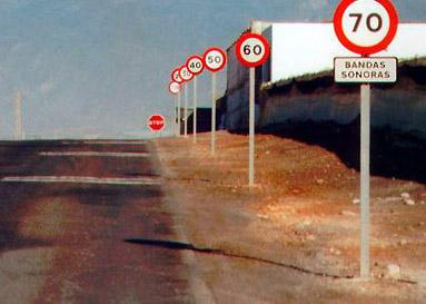 Lauter Geschwindigkeitsbegrenzungs-Schilder in Reihe: 70, 60, 50, 40, 30, 20, dann ein Stopp-Schild.