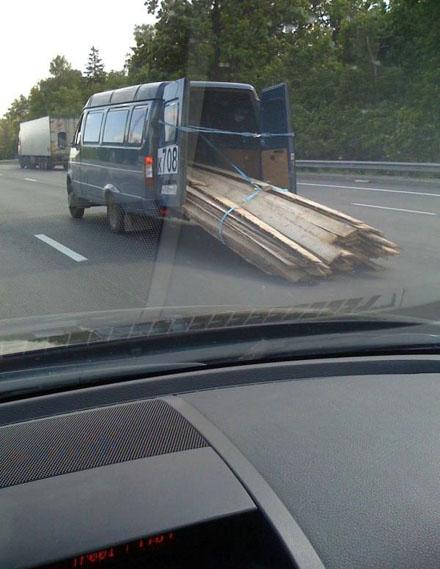 Ein Transporter transportiert Latten, diese schleifen auf dem Boden.
