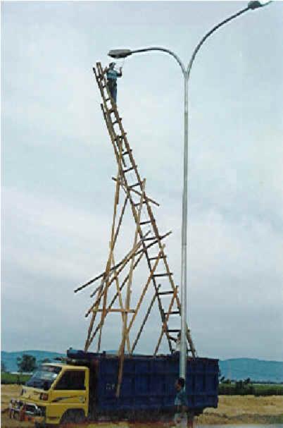 Eine abenteuerlich zusammengenagelte Leiter aus Holz.