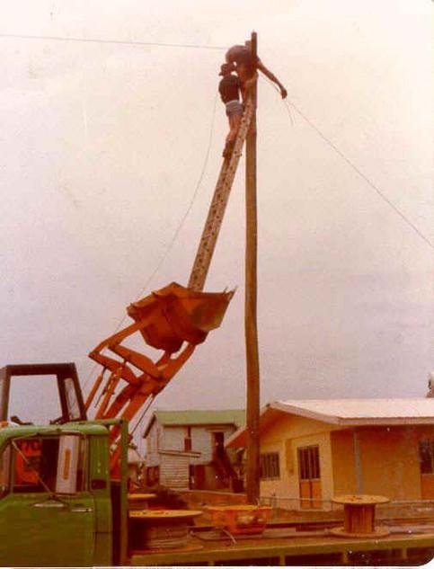 Eine Leiter steht auf der Schaufel eines Baggers.