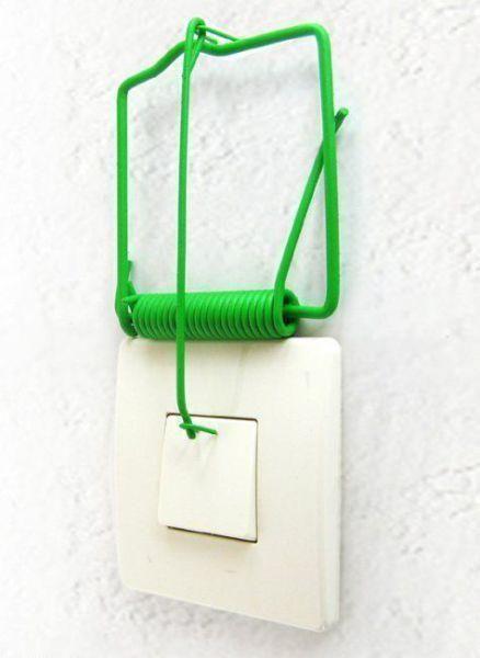An einem Lichtschalter wurde eine Mausfalle installiert.