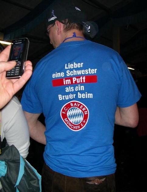 """Ein Mann mit einem T-Shirt """"Lieber eine Schwester im Puff als ein Bruder beim FC Bayern"""""""