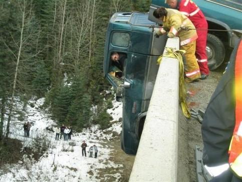 Ein Mann in einem LKW hängt über einem Brückenrand und muss gerettet werden.