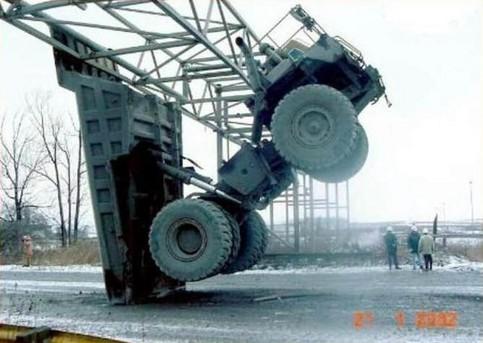 Ein LKW ist an einer Stahlkonstruktion hängen geblieben, da er zu hoch ist.