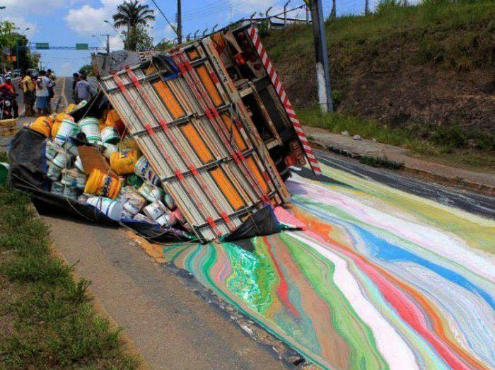 Ein LKW war mit Farbe beladen und hatte einen Unfall. Die Farbe ist ausgelaufen und hat die Straße bunt angemalt.