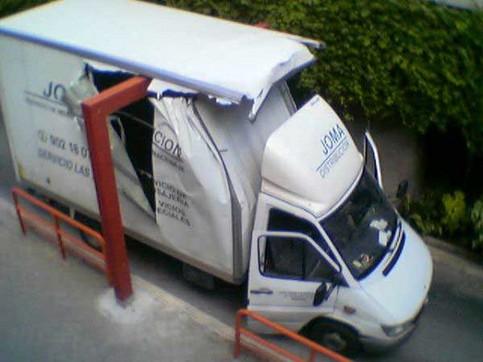 Ein LKW ist unter einem zu kleinem Bogen durchgefahren und aufgerissen.