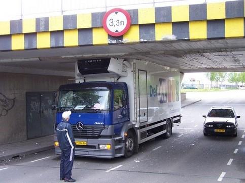 Ein LKW ist unter einer Brücke durchgefahren, die nicht hoch genug und somit zu niedrig für ihn ist und hat sich das Dach abgerissen.