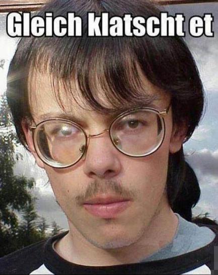 """Ein lustig aussehender Mann mit merkwürdiger Brille und Oberlippenbart schaut in die Kamera. Dabei steht der Text """"Gleich klatscht et""""."""