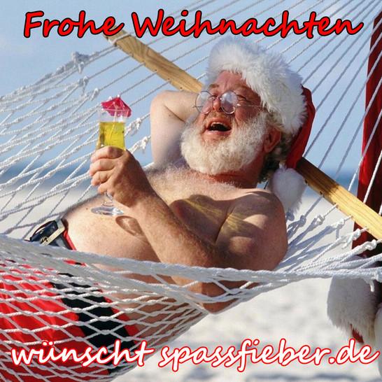 Ein Weihnachtsmann liegt in einer Schaukel am Strand und genießt einem Cocktail.