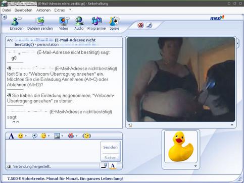 Ein Junge in einem Videochat. Im Hintergrund kommt eine dicke Frau in Unterwäsche ins Bild.