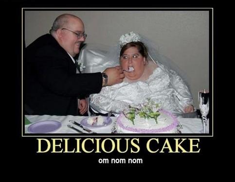 Ein Mann füttert seine Braut mit Torte.
