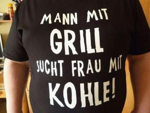 Ein T-Shirt: Mann mit Grill sucht Frau mit Kohle.