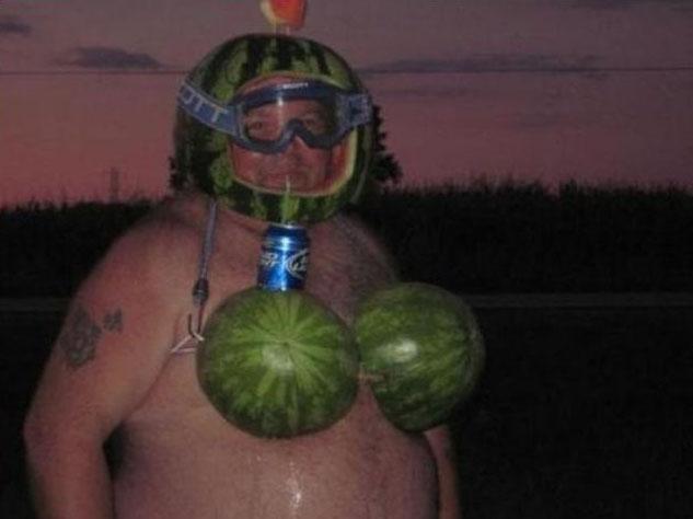 Ein Mann trägt einen aus Melonen gebastelten Bikini und einen aus Melonen gebastelten Helm.