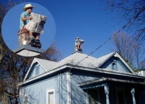 Ein Mann sitzt auf einem Kamin auf dem Dach und scheibt den Kamin als Klo zu mißbrauchen.