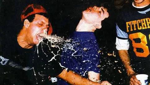 Ein junger Mann spuckt aus Mund und Nase während er scheinbar tanzt.