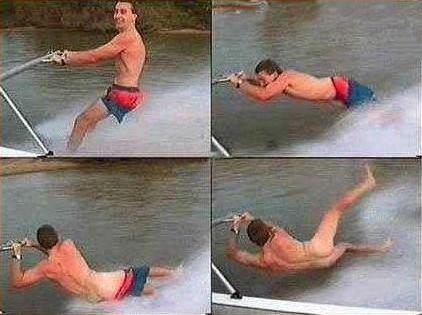 Ein Mann verliert beim Wasserski seine Badehose.
