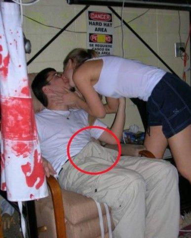 Ein junger Mann wird von einer Frau geküsst.