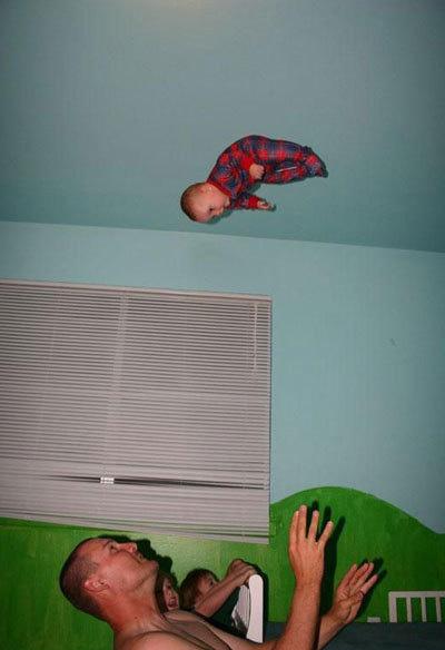 Ein Mann wirt sein Kind hoch in die Luft.