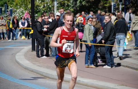 Ein Marathon-Läufer hat sich in die Hose gekackt.