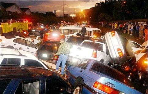 Eine unglaubliche Menge Autos hat sich in einer Massenkarambolage ineinander verkeilt.