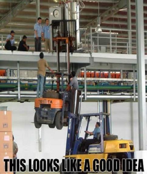 Ein Gabelstapler hebt einen Gabelstapler, der eine Maschine hebt.