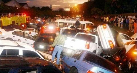 Eine Menge Autos sind bei einem gigantischen Unfall ineinander verkeilt.