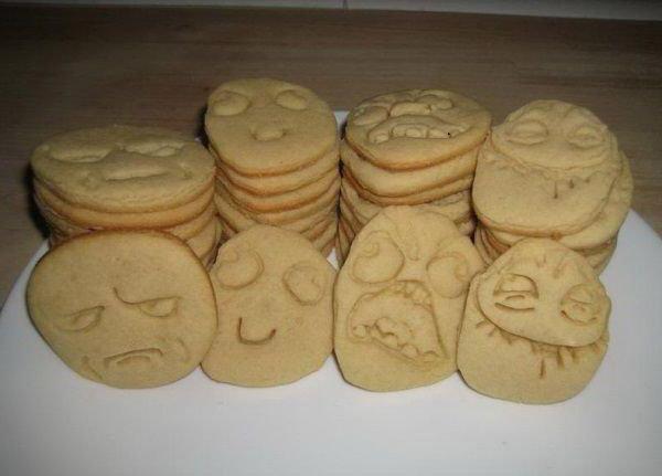 Kekse wurde in der Form von Rage Comic Gesichtern gebacken.