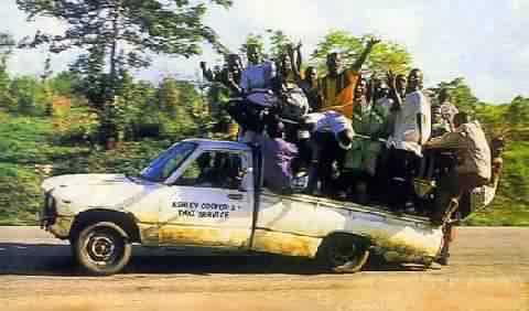Eine Menge Menschen wird auf einem Pickup transportiert.