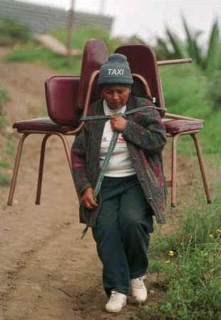 Eine Frau mit zwei Stühlen auf dem Rücken als menschliches Taxi.