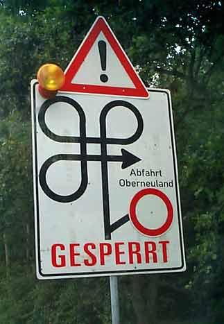 Ein Straßenschild zeigt eine sehr komplizierte Umleitung an.