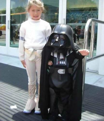 Zwei Kinder sind als Prinzessin Leia und Darth Vader aus der Star-Wars-Trilogie verkleidet.