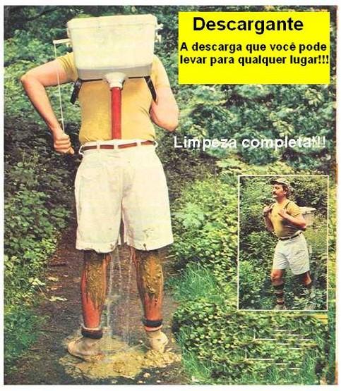 Ein Mann trägt eine Toilettenspülung auf seinem Rücken. Diese führt direkt in die Hose. Wenn er sich in die Hose macht, kann er direkt durchspülen.