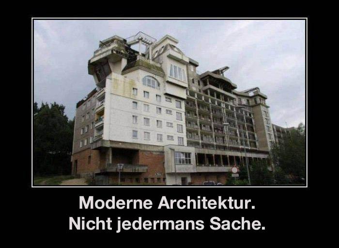 """Ein völlig verbautes Gebäude sieht potthäßlich aus. Dazu steht der Text: """"Moderne Architektur. Nicht jedermanns Sache."""""""