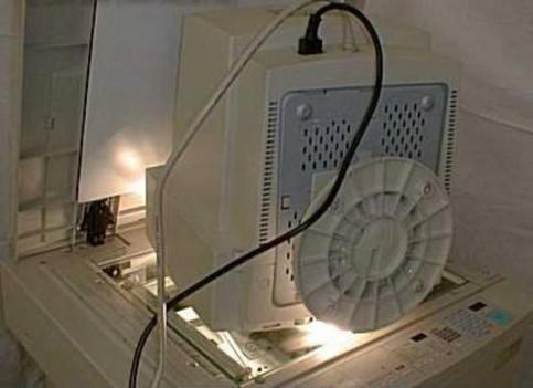 Ein Monitor wird auf einem Kopierer kopiert.