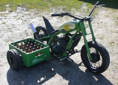 Ein Motorrad mit einer Kiste Bier als Beiwagen.