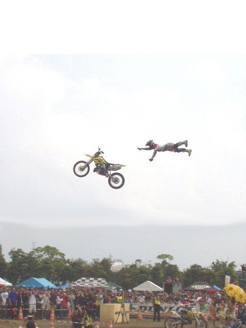 Ein Motorrad fliegt seinem Fahrer weg.
