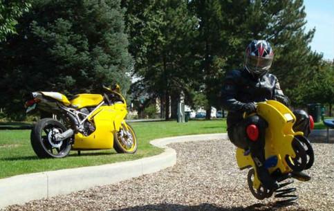 Ein Motorradfahrer hat sein Motorrad gegen ein Wipp-Bike auf einem Kinderspielplatz eingetauscht.