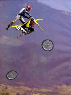 Ein Motorradfahrer verliert beide Reifen während eines Sprungs.