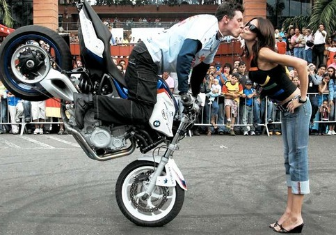 Ein Motorradfahrer bremst gekonnt so, dass er sich ein Küsschen abholen kann.