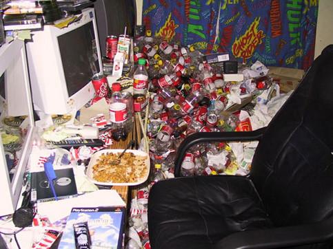 Ein riesen Haufen Müll (Cola-Flaschen) neben einem Computer.