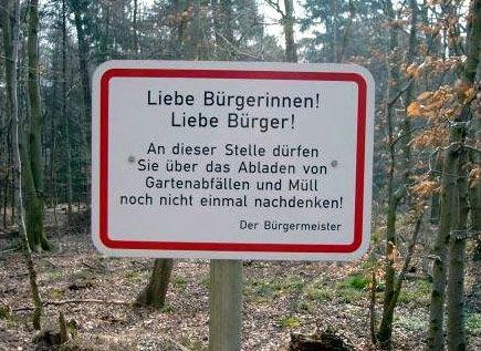 Ein lustiges Schild, das Müll abladen verbietet.