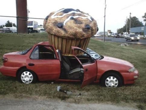 Ein Plastik-Muffin ist auf eine Auto gestürzt.