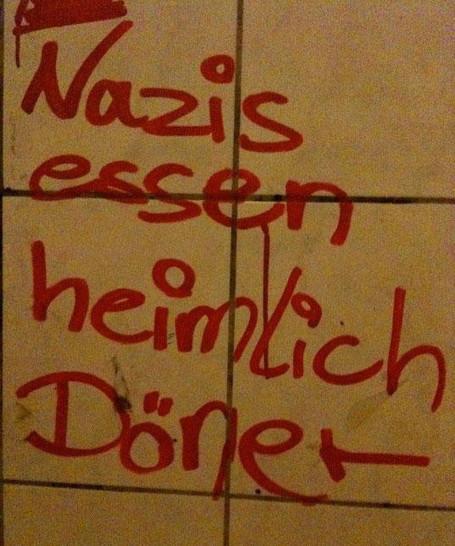 """Mit Edding steht auf einer gekachelten Wand geschrieben: """"Nazis essen heimlich Döner"""""""