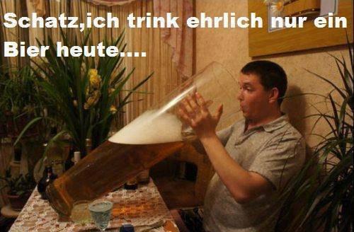 """Ein Mann sitzt in einer Kneipe und setzte ein riesengroßes Glas Bier an seinen Mund an. Dazu steht der Text: """"Schatz, ich trink ehrlich nur ein Bier heute..."""""""