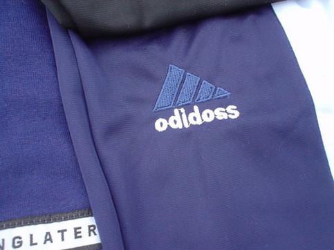"""Auf einem gefälschten Adidas-Pullover steht """"odidoss""""."""